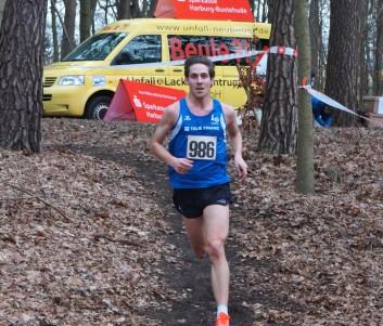 Felix Plinke von der LG Telis Finanz Regensburg siegte souverän auf der Männer Langstrecke.