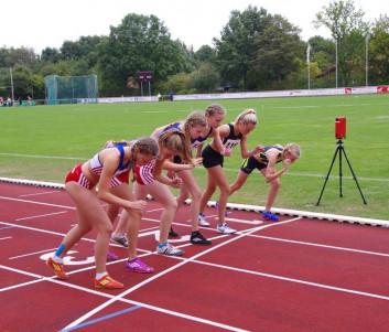 Start zum abschließenden 800m Lauf (von links Anna Lara Klostermann, Lucy Seute, Lisa Gries)