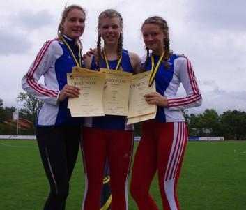Siegerehrung 7-Kampf Mannschaft: Bezirksmeister LG Nordheide (v. l.: Lucy Seute (Platz 2 W15), Lisa Gries (Platz 4 W14), Anna Lara Klostermann (Platz 1 W15), alle MTV Tostedt)
