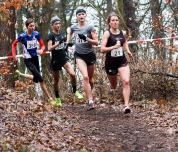 Die Spitzengruppe beim Frauenlauf: Maya Rehberg (Startnummer 21), Tabea Themann (379), Jana Sussmann (380) und Josefine Meyer-Ranke (396)