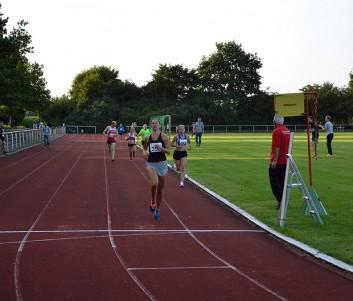 Carlotta Meyer-Ranke (Nr. 352) wird schnellste Frau. Im Hintergrund Olga Köppen mit Tempomacher Christoph Meyer