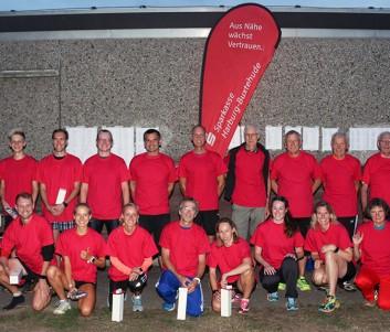 Sieger Laufserie: (hintere Reihe v.l.) Ralph Böer von der Sparkasse Harburg-Buxtehude und die 2. Vorsitzende der LG Nordheide Birgit Costard zusammen mit den Laufseriensiegern U18 bis M/W80