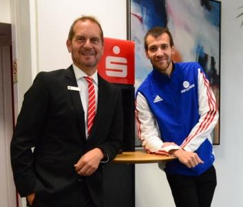 Mit Ralph Böer (Sparkasse Harburg-Buxtehude) und Pressewart Jannik Schütt, freut sich ein eingespieltes Team auf die diesjährige Laufserie der LG Nordheide um den Sparkassen-Cup