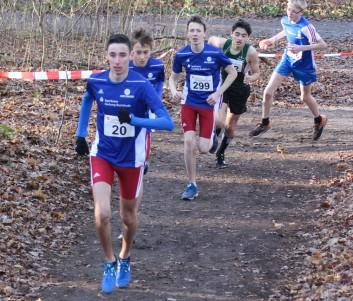 Luiz Wöhnke (20) führte das Feld der U14+U16 über 3000m nach etwa 500m an. In der Gruppe auch der spätere Sieger Glenn Kochmann (TSG Bergedorf, Grünes Trikot) und U14-Sieger Paul Ring (LG Nordheide, 299)