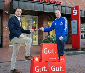 Marcel Corsi – stv. Filialleiter Sparkasse Winsen und Tim Tomczak von der LG Nordheide freuen sich auf die Laufserie