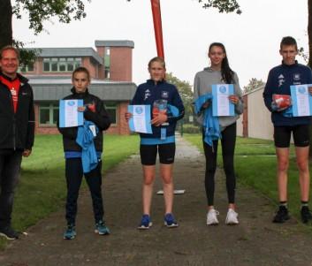 Laufseriensieger U14 U16: Ralph Böer von der Sparkasse Harburg-Buxtehude überreichte T-Shirts und Sachpreise an (v.l.) Mika Liam Madsen, Kira Hadrossek, Felina Glasa und Lukas Hadrossek.
